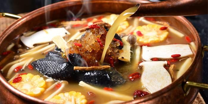 不吃辣的亦可以選擇美顏鍋,不但有原隻烏雞,更配有多種菌類、杞子及豐富膠原的桃膠。沒想到打邊爐不熱氣之餘,更能美顏同時進補。