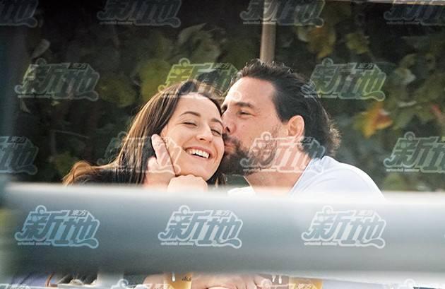 當日下午5時許,周汶錡老公Julien與一名貌似Mandy Lieu的女伴,在深水灣茶座見面。