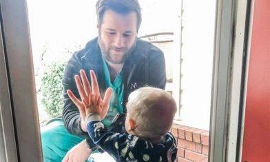 1歲B手貼手為爸爸打氣 |#時事熱話  ==========