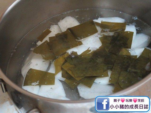 煲內放約2L水,水滾後加入海帶和蘿蔔,先用大火加蓋煲10分鐘,之後轉細火加蓋煲多10分鐘。
