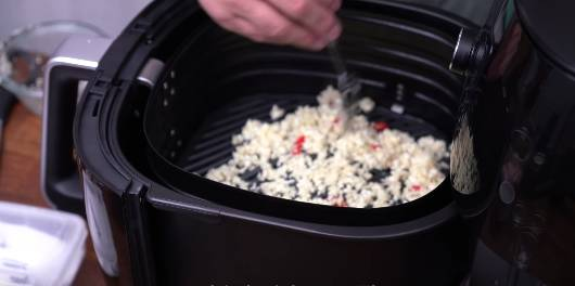 2)把鹽、1條辣椒和蒜蓉放入氣炸鍋中。(圖片來源:Dim Cook Guide)
