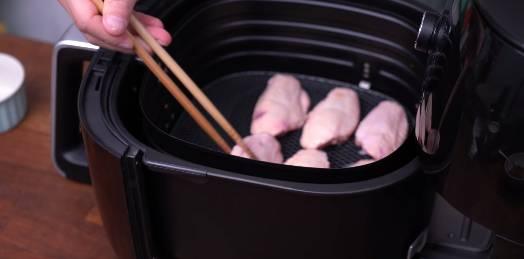 5)雞翼放入氣炸鍋中,以180度氣炸13分鐘。(圖片來源:Dim Cook Guide)