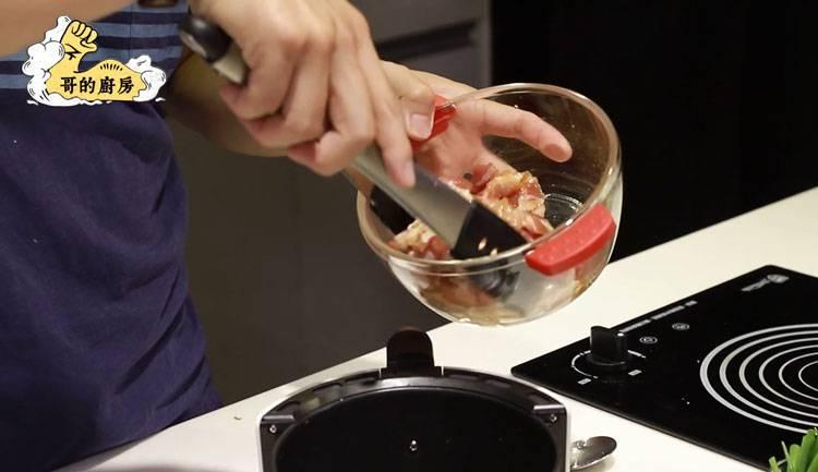 3)將醃好的豬五花肉放入氣炸鍋,先以攝氏200度氣炸8分鐘,取出翻面後,再氣炸6分鐘。(圖片來源:哥的廚房)