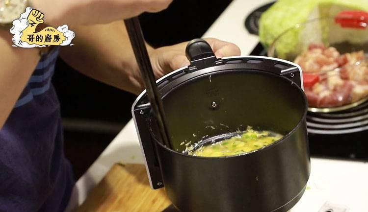 3)葱花蛋液一起放入氣炸鍋,先以160度氣炸6-7分鐘,取出攪拌均勻後再繼續以180度氣炸8分鐘。(圖片來源:哥的廚房)