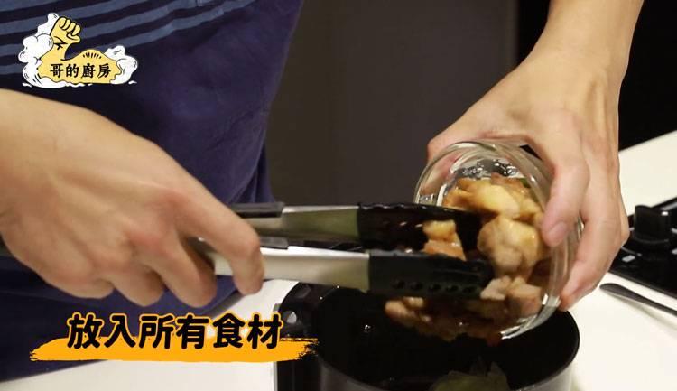 5)在氣炸鍋內放入豬五花、椰菜、爆香料,以攝氏200度氣炸5分鐘。完成後再加入蔥綠氣炸3分鐘。(圖片來源:哥的廚房)