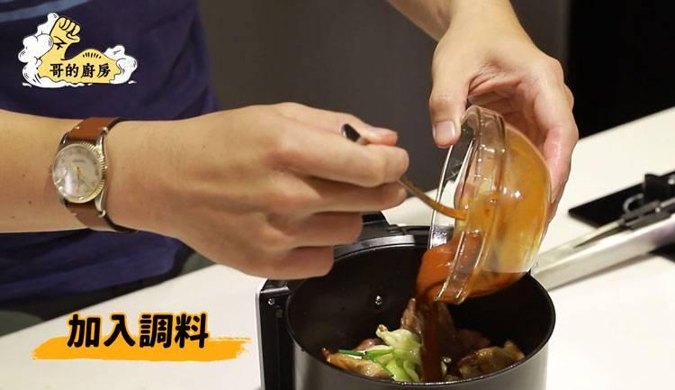 7)最後將調味料拌入回鍋肉,再以攝氏200度加熱3-5分鐘即可。(圖片來源:哥的廚房)
