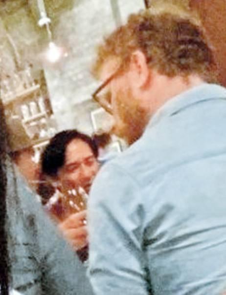 早前偉仔在澳洲餐館被網民捕獲跟劇組用餐,當時大家都未見有口罩隨身。