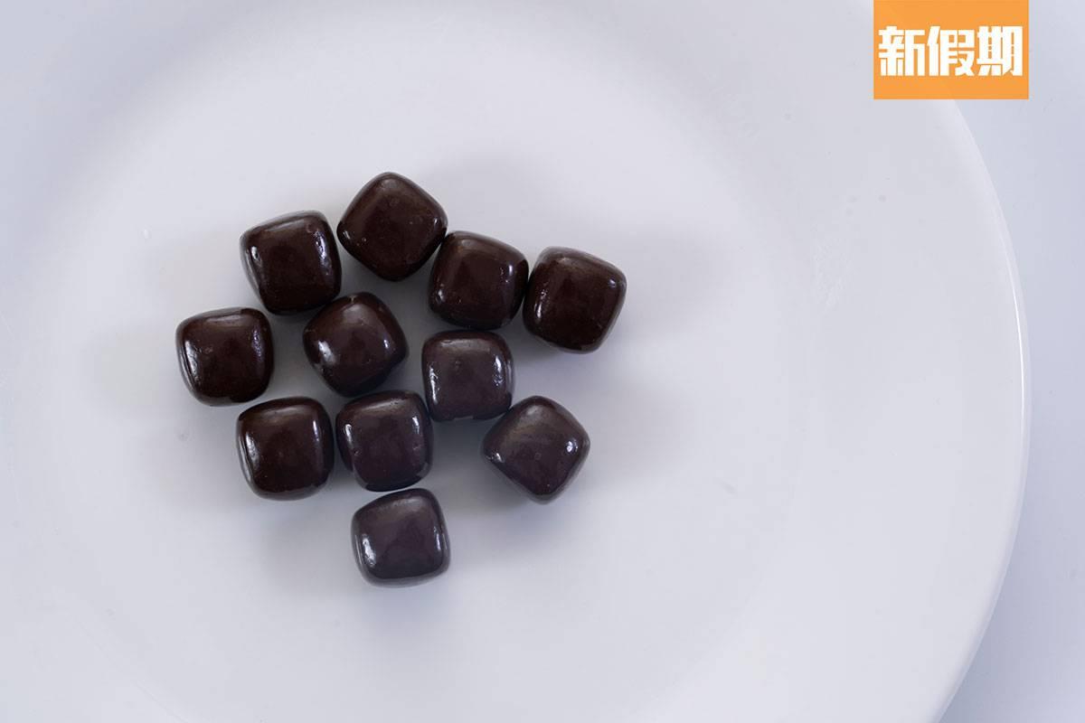 日本經常推出有助減壓或消除疲勞的零食,這次則有吃完會讓人減壓的朱古力。味道跟黑朱古力無異,一口一粒,香甜回甘。