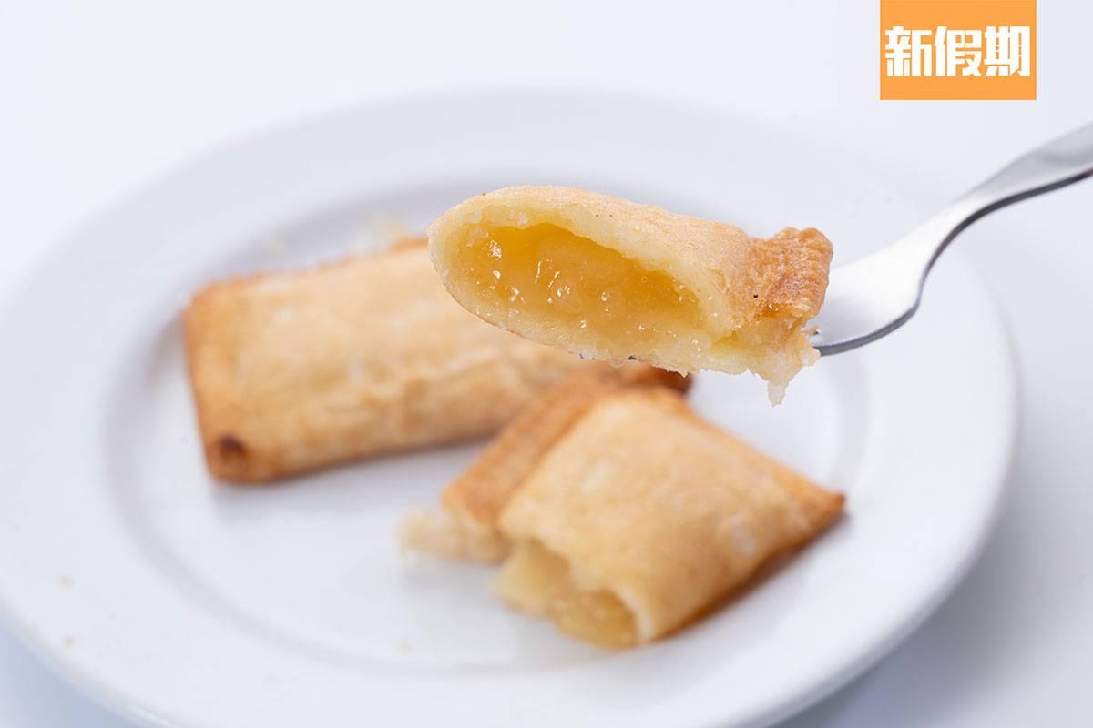 有驚喜!餡料份量十足,一切開酸甜的蘋果醬緩緩流出,批皮略厚,口感酥脆。