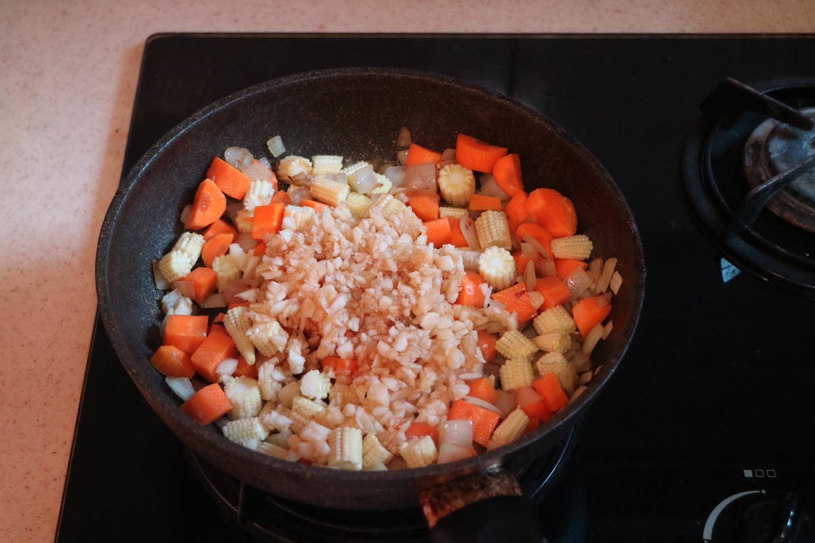 營養師教煮減肥餐!3大500kcal超低卡飯盒食譜 咖喱蛋包飯+鹽麴三文魚+星洲炒米