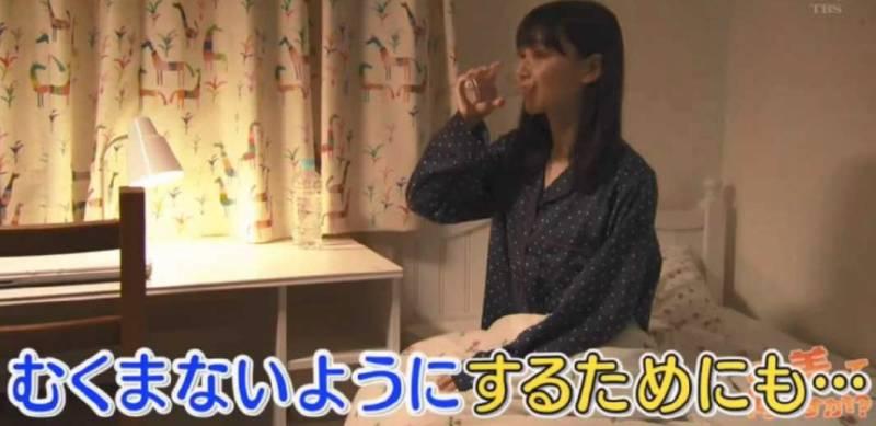 坊間有說法指「瞓前飲水易水腫」,不少愛美的女士都怕翌日臉部腫脹而避免晚上喝水。