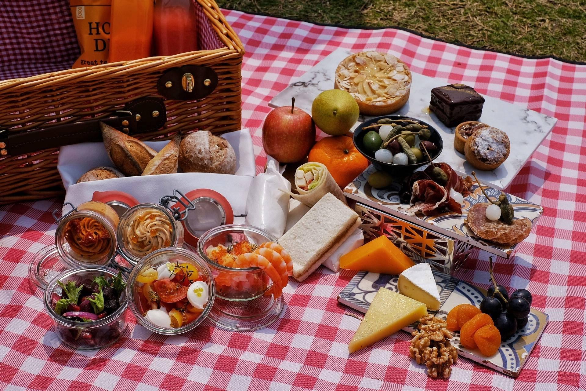 麗思卡爾頓野餐籃 $788(兩位)、$1,488(四位) <br /> 經典野餐籃可以免費送到西九龍苗圃公園給客人,可以食到包括小巧精緻的點心、三文治、熟食冷盤、新鮮沙律、美味包點、自家製果汁,夠豐富!