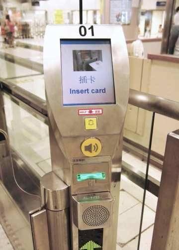 新智能身份證不用插卡讀取資料,改用拍卡方式過e道。