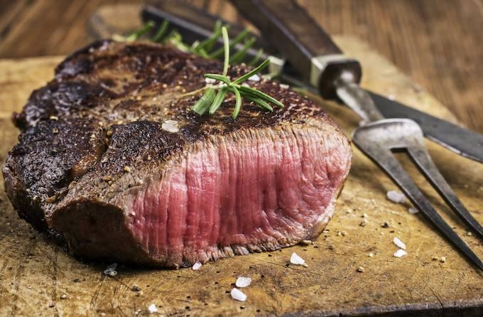 Bones and Blade的乾式熟成牛扒,外層的肉和表皮先放置在熟成室中長達3週,更能鎖住肉汁,維持鮮嫩,令肉質軟嫩,牛味更濃!