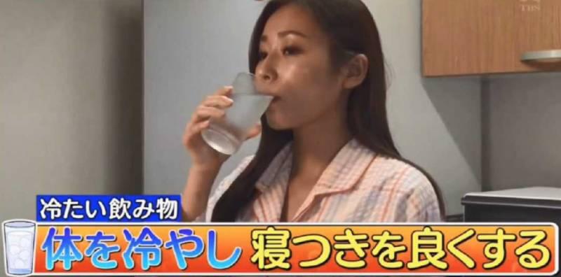 不過太冷的水反而會過於刺激,建議飲常溫或是冰箱溫度即可。