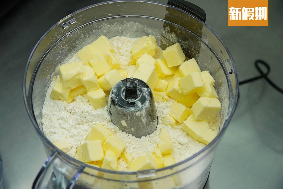 Evon會先把法國麵粉、法國牛油、糖及發粉用攪拌機拌好。