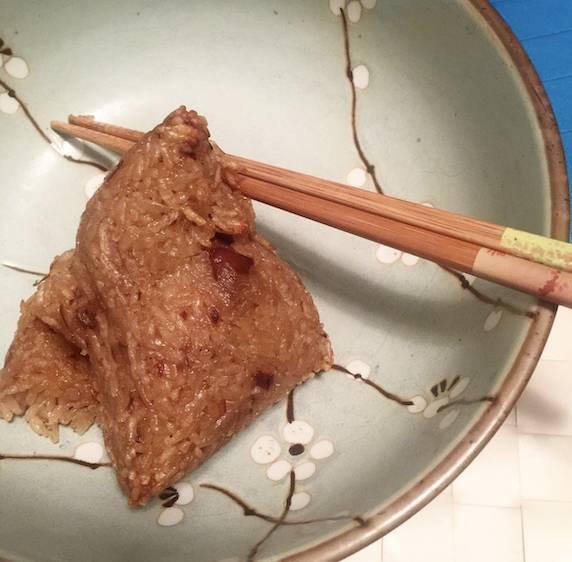 網友分享氣炸鍋粽子食後感,先蒸一下,再以200度氣炸5分鐘。覺得外皮脆脆,像台灣大腸包小腸。(圖片來源:IG@nikkichien)
