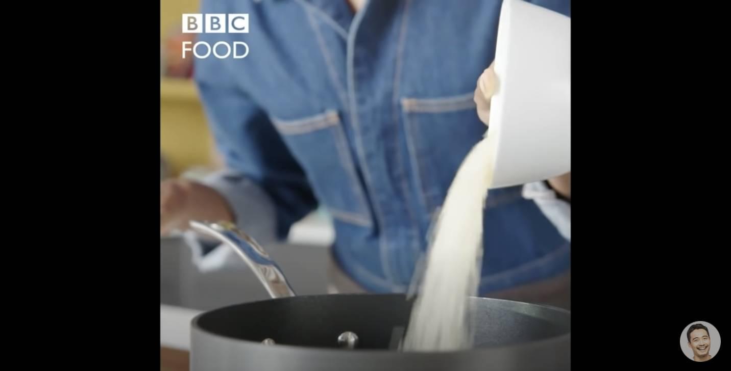 再將「一杯」米倒入鍋裡,加水直接煮,沒有洗米過程。
