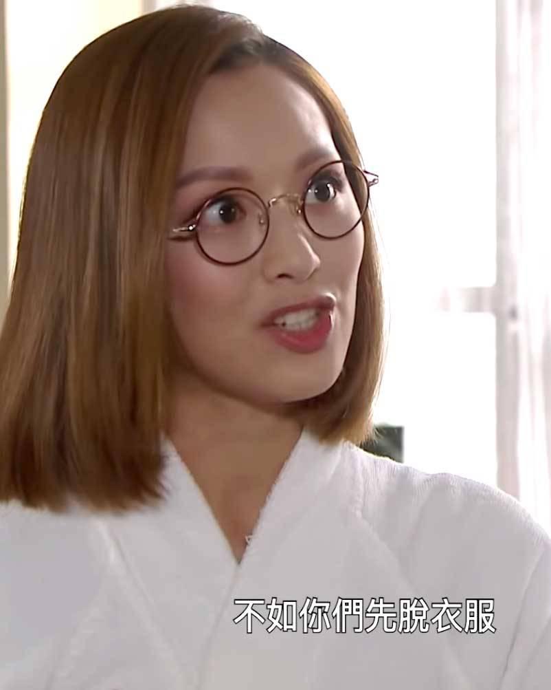 馮盈盈先換上白色浴袍,邀請大家做裸體模特兒,已經令廢青安同朱凌凌無限幻想。