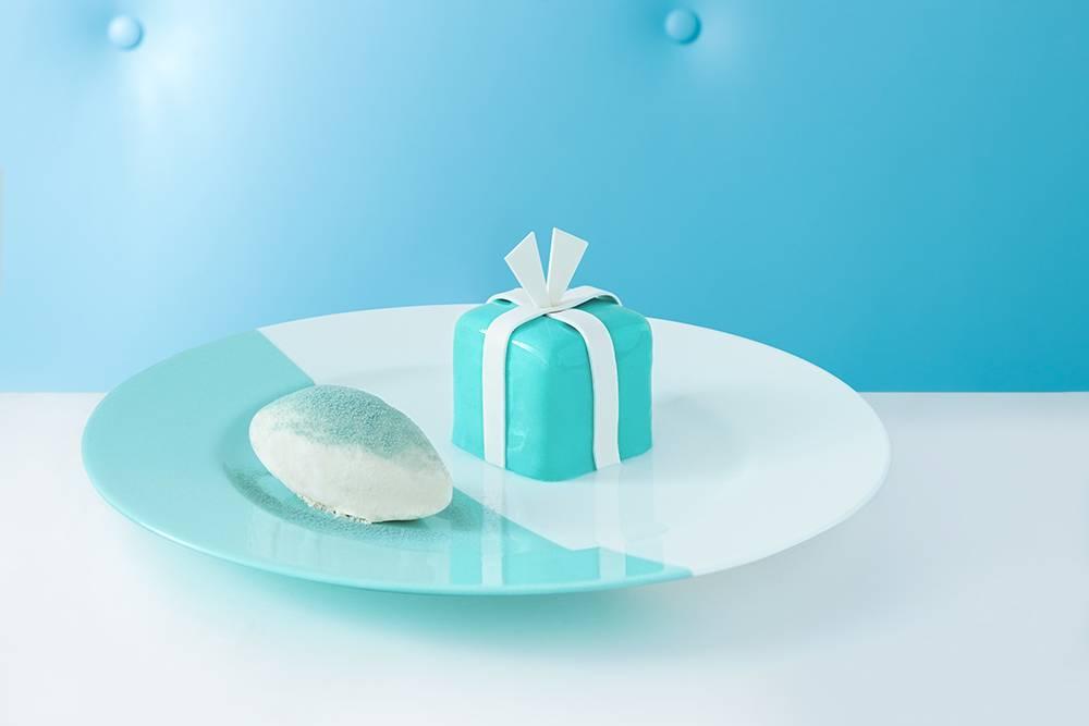 凡兩位以上的訂座,每位客人需至少消費一份全日供應菜單上的套餐,即可享一份迷你 Blue Box Cake 以及於全香港最大之 Tiffany & Co. 旗艦店導覽體驗