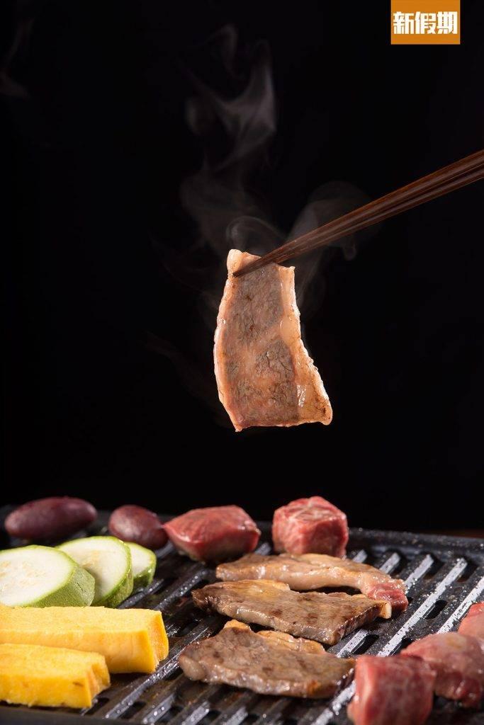澳洲頸脊牛小排牛小排入口滑嫩,燒烤過程中油脂會滋滋地流出,香味四溢,牛味愈嚼愈出。