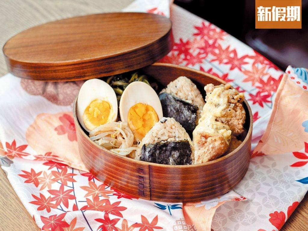 宮崎南蠻炸雞便當 上菜時便當會用和風手帕包好,外賣更會把手帕送贈客人。炸雞酥脆,上面蛋黃醬添了濕潤感,令炸雞口感不會過乾。而飯糰調味一流,吃到醬油鮮香。附有溏心蛋與時令小菜,米飯、肉類、蔬菜都有齊,十分豐富。