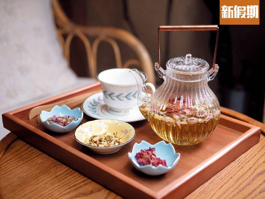叁時墨紅玫瑰花茶 /壺可選擇由大廚調製最佳比例,直接上桌,又或是把乾花分開放在小碟中,按自己喜好加進花粒。花茶浸泡約一分半鐘便可飲用,墨紅玫瑰有養顏功效,花香比其他品種的玫瑰更濃重突出。