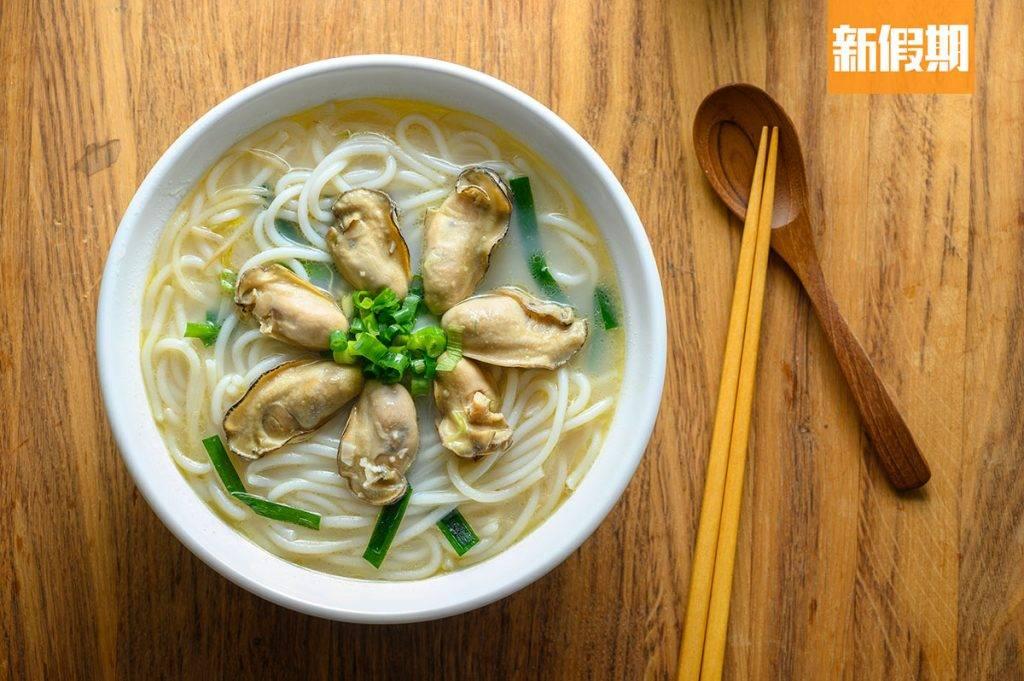 鮮蠔湯米線 是店中的主打熱賣,除了肥美新鮮的生蠔外,亦可以選配蠔香濃郁的金蠔,用上了熬足5小時的湯底外,還加上鮮甜蠔湯,帶天然的海鮮香!