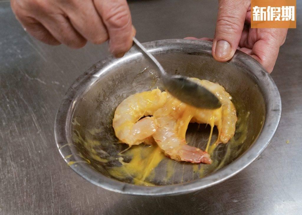 剩下的另外4隻大蝦,蘸蛋漿拍粉炸熟。