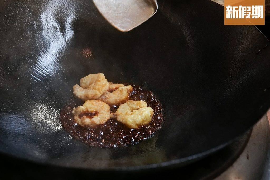 炸蝦球與糖醋汁快炒,沾滿醬汁即可上碟。