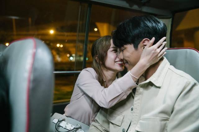 如果唔送女友返屋企,隨時引發對方怒氣。(圖片來源:《香港愛情故事》)