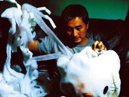 陳文樂將頭骨放入Hello Kitty公仔裡面。(圖片來源:《人頭豆腐湯》劇照)