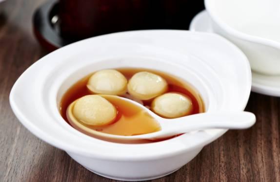 薑茶湯圓湯圓口感煙靭、芝麻餡料香甜可口!配上薑茶,驅走體內寒氣。