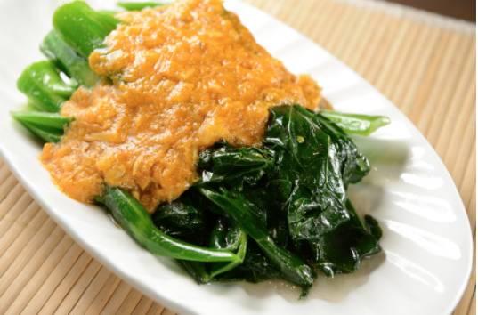 蟹粉扒菜心由蟹膏、蟹黃炒香,配上菜心,味道鹹香誘人。