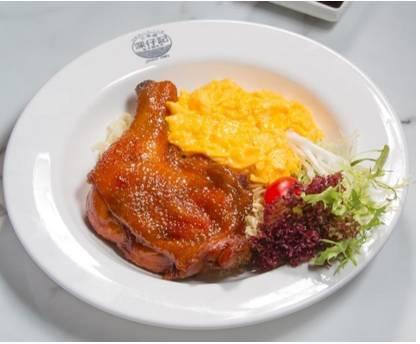 瑞士汁撈公仔麵雞髀大大隻,滑嫩多汁。