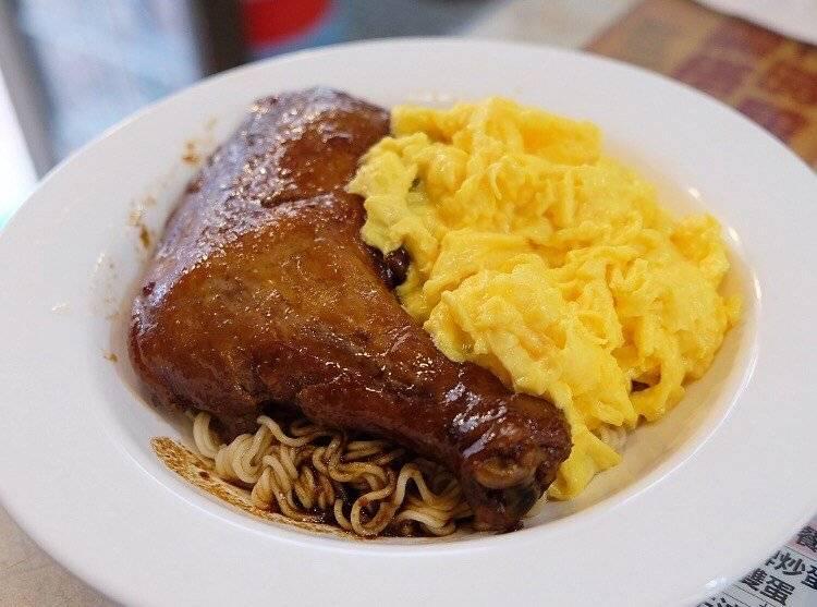 太平館瑞士汁雞翼撈公仔麵雞髀手掌般大,肉嫩Juicy。