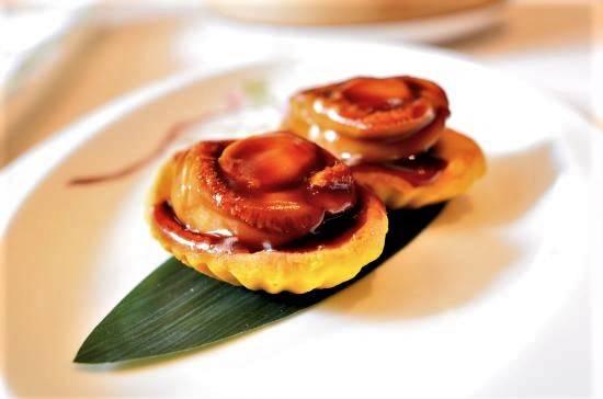 鬆化酥皮撻配上原隻鮑魚,甘香惹味,口感豐富。