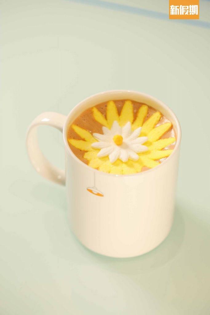 棉花糖朱古力極受少女歡迎,店員會將含苞待放的「花冧」棉花糖夾到杯裝熱朱古力上,遇熱立即綻放,好呃Like。