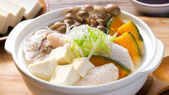 豆腐及魚片都是脂肪較低的蛋白質類,再配合雜菜及脫脂清雞湯便能成爲飽肚又保暖的減肥餐。