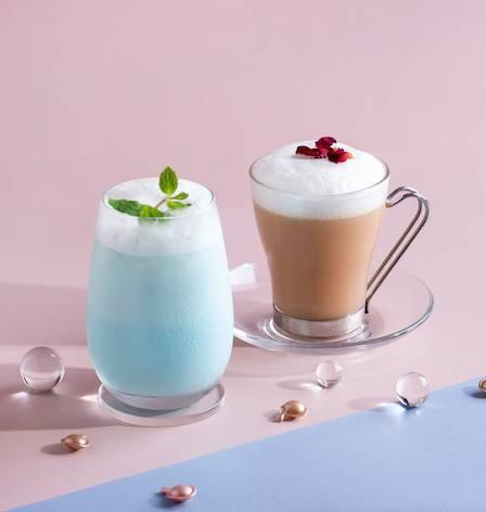 下午茶特別調配的兩款特飲為Ocean Blue及White Tea Latte,粉藍色的Ocean Blue造型夢幻,以蘋果汁加入鮮奶及藍糖水調成;而White Tea Latte就以壽眉、鮮奶、薰衣草及玫瑰調成,帶有玫瑰幽香。