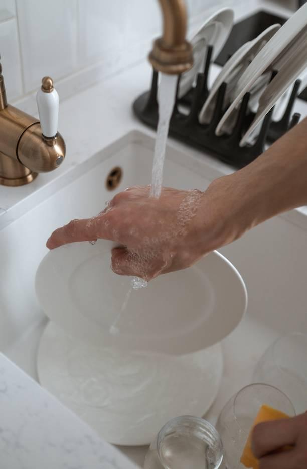 疊放髒碗碟會令油污轉移至乾淨部分,反增加工作量。(圖片來源:Pexels)