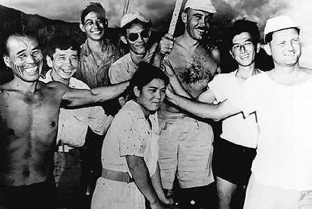 比嘉和子與島上其他生還者的合照。(圖片來源:ハワイ大学図書館)
