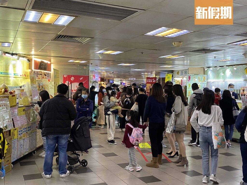 走進商場內,3樓最熱鬧,人來人往排隊買小食,對比數月前已有頗大落差。