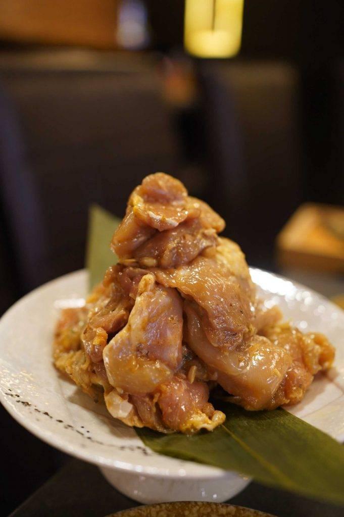 雞腿肉自信漬 堆得如一個小山丘,以清香的紫蘇葉及秘製醬料醃製,吃過的客人都讚不絕口,是店中的自信之作,因而得名。