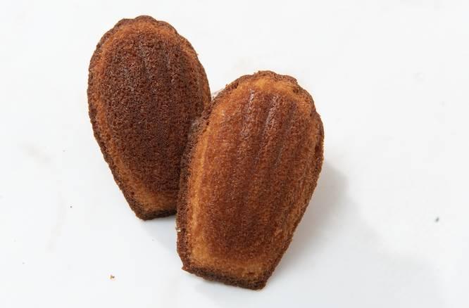 (上)南杏貝殼蛋糕外脆內濕潤的法式小蛋糕,一入口就有杏霜般的香濃杏 仁氣息,原來用上南杏,比平時吃到的香氣更濃郁。