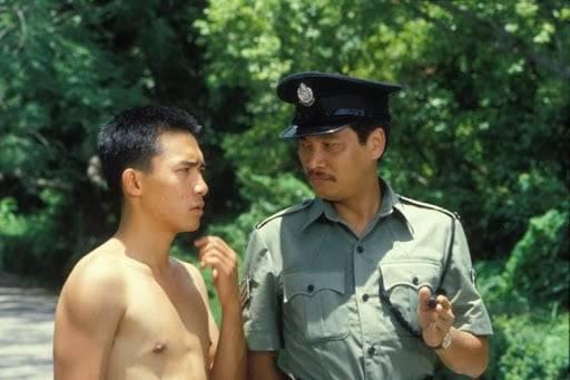 1984 年的電視劇《新紮師兄》,達叔飾葉 SIR,兇惡、威風的教官,把張偉杰 (梁朝偉) 訓練成材。