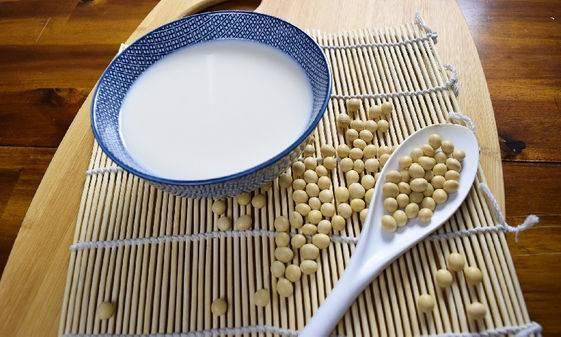 宵夜想吃糖水,可以選豆腐花,比起其他中式糖水其熱量相對較低,而且可以走糖,配鮮果或用無糖糖漿。