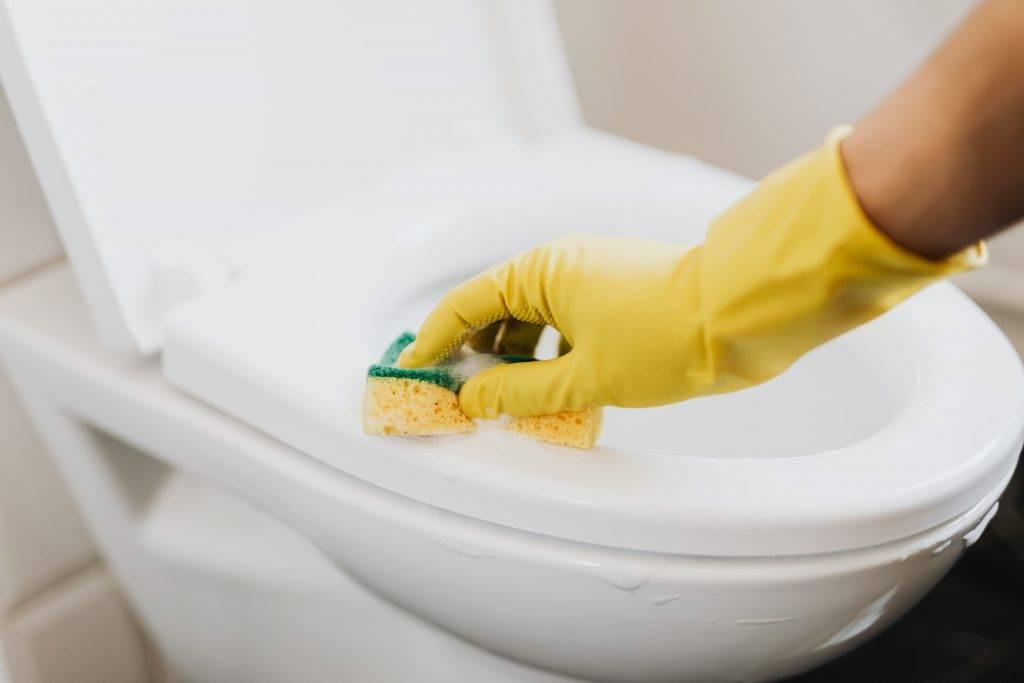 上廁所前記得要先放張坐廁板紙墊,或用酒精擦乾淨才好坐下來。(圖片來源:Pexels)