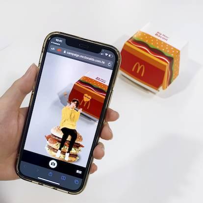 麥當勞Big Mac Bacon的包裝盒上大玩擴增實境(Augmented reality)技術。顧客只要scan包裝盒上的QR code,便可在畫面上看見立體姜B,可利用手機的拍照和錄影功能把姜B和Big Mac Bacon記錄下來與朋友分享,「近距離」與偶像接觸。