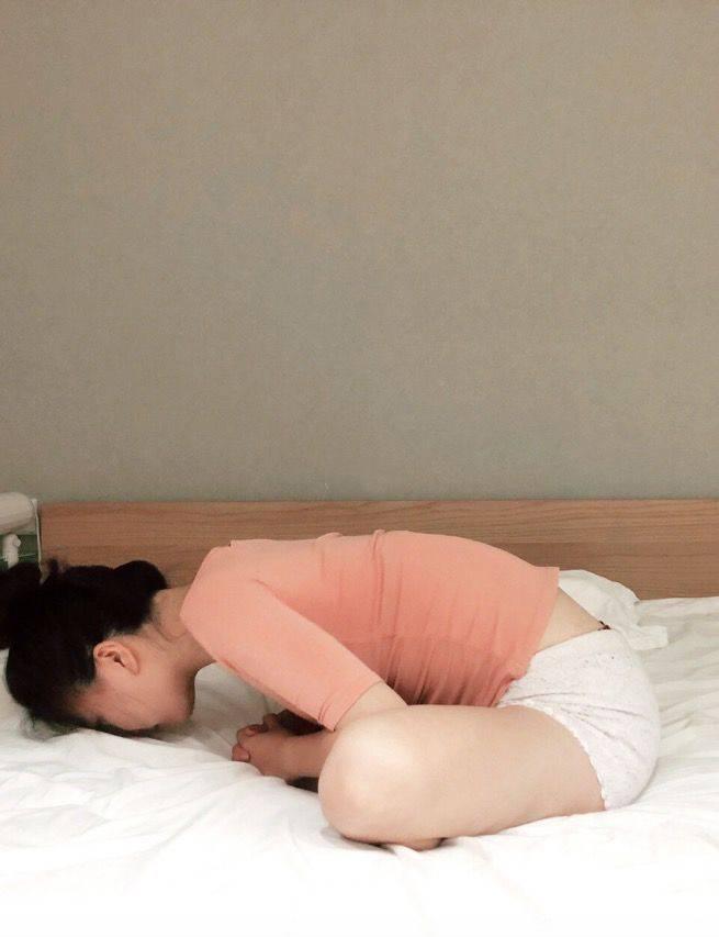 睡前床上拉筋瑜伽1.蝴蝶式(圖片來源:Rebecca@RED)